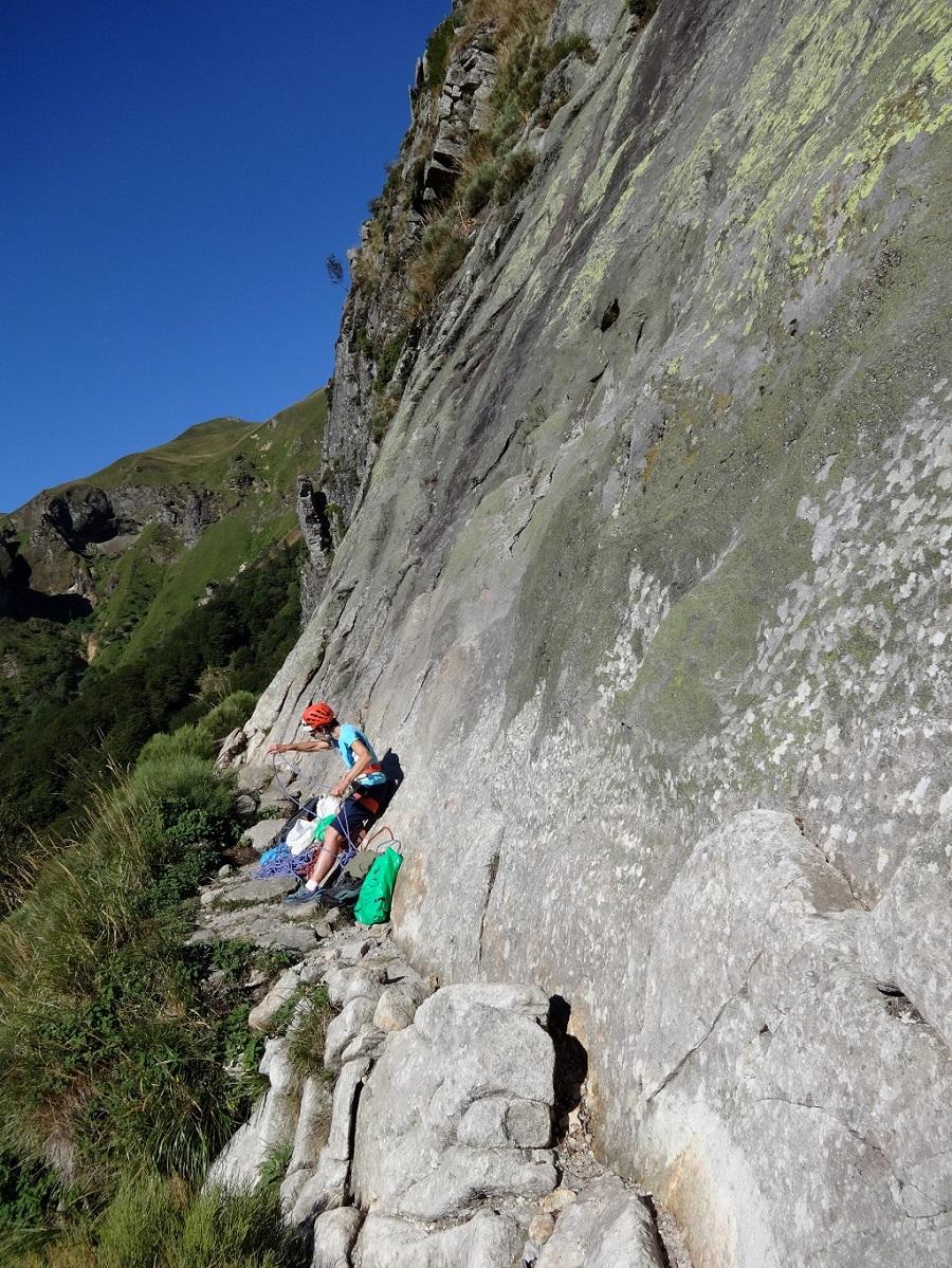 Crête de Coq, vire de départ de la voie `Jamais vue`, Auvergne
